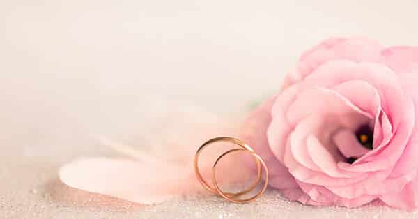 Wedding Bands in Rose Gold Metal: Showed With Floral Decor