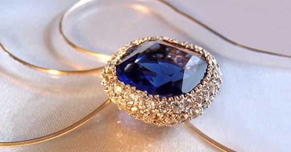 Blue Gemstones in Jewelry: Blue Sapphire Pendant Necklace