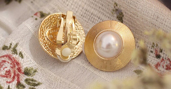 Clip-on Earrings: Vintage Style in Gold-Toned With Pearl