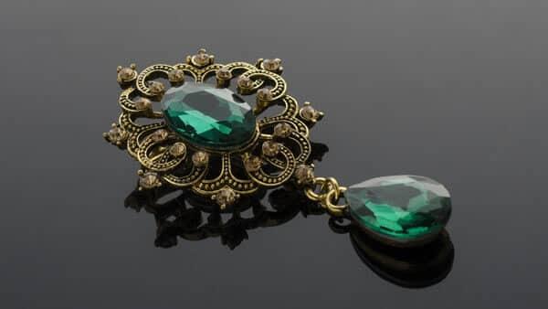 Vintage Yellow Gold Green Emerald Green Gem Brooch